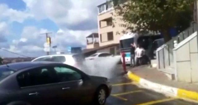 Sarıyer'de su borusu patladı, sürücüler krizi fırsata çevirdi