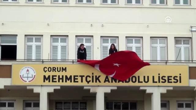 """Bin 200 öğrenciden Mehmetçiğe """"komando andı"""" ile selam"""