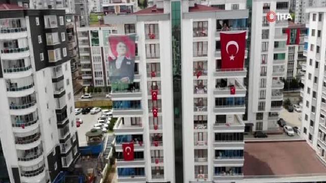 Apartmanlarını rengarenk süsleyip 23 Nisan'ı evden kutladılar