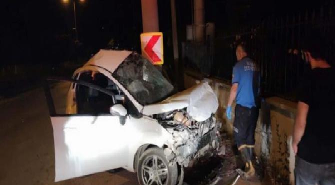 Otomobil beton direğe çarptı: 3 ölü