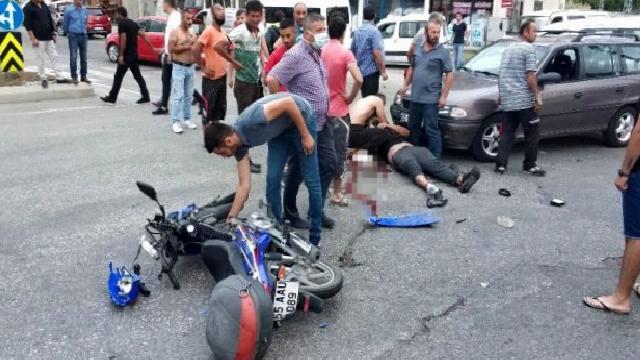 Otomobille çarpışan motosiklet sürücüsü ölümden döndü