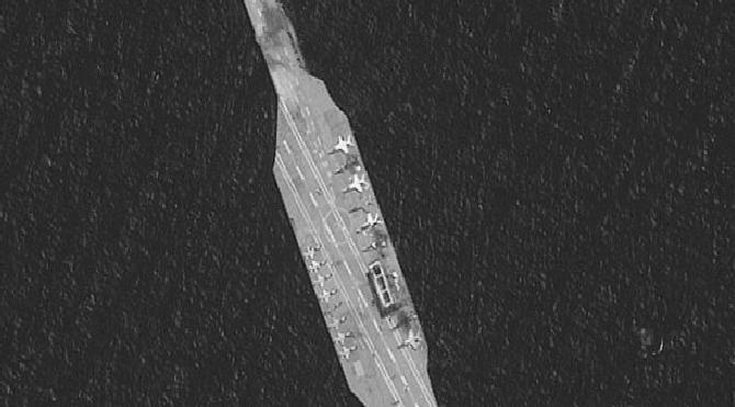 Son dakika… İran, kendi yaptığı ABD uçak gemisini vurdu
