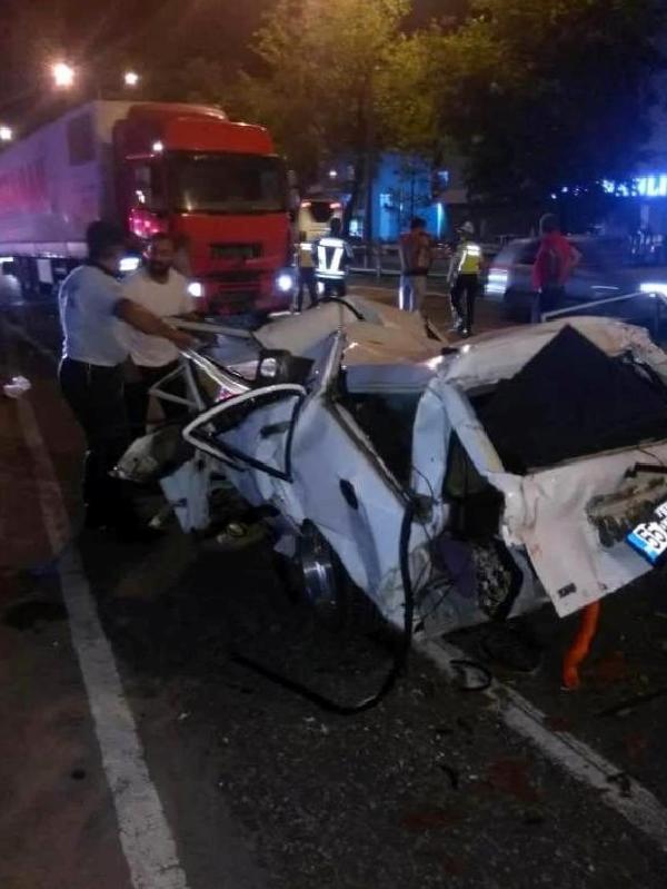 TIR'ın çarptığı otomobil hurdaya döndü: 1 ölü, 2 yaralı