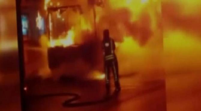 Yaka yaka gitti, tüm caddeyi ateşe verdi