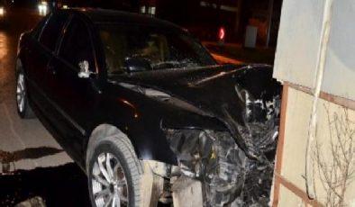 Lüks otomobil ile betona çarptı: 1 yaralı