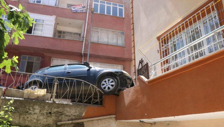 Kadın sürücü kaza yaptı aracı olay yerinde bırakıp kaçtı