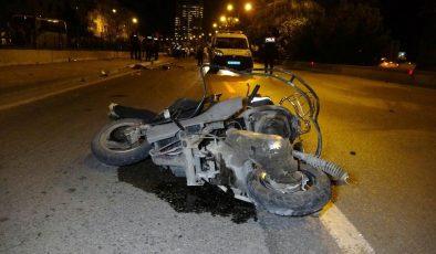 Son dakika! Kontrolden çıkan otomobil trafik polisi ve motosiklete çarptı: 2 ölü, 1 polis yaralı